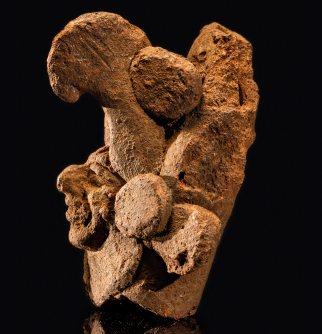Esta flauta de cerámica con el rostro de un humano bajo el pico curvo de un ave fue hallada por los arqueólogos Donald Slater y Sabrina Simon cerca de un altar natural de piedra al fondo de una cueva. www.robertclark.com