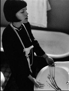 Dorothy Parker: Poeta, narradora y dramaturga, Dorothy intentó quitarse la vida en varias ocasiones, pero fue un paro cardiaco la causa final de su muerte.