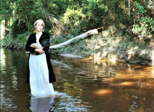 Virginia Woolf: Virginia Woolf es, quizá, la escritora inglesa más famosa y reconocida. Murió ahogada en el río Ouse. Llevaba los bolsillos de su abrigo llenos de piedras.
