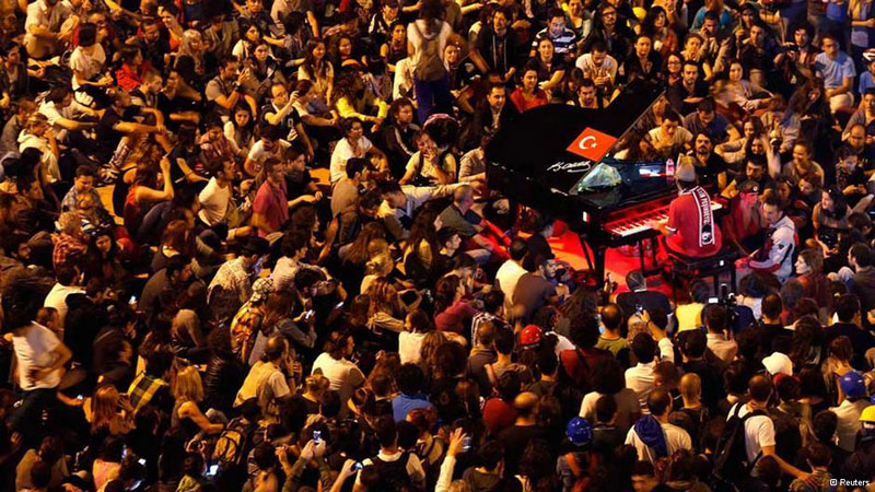 davide-martello-piano-man-of-taksim-square