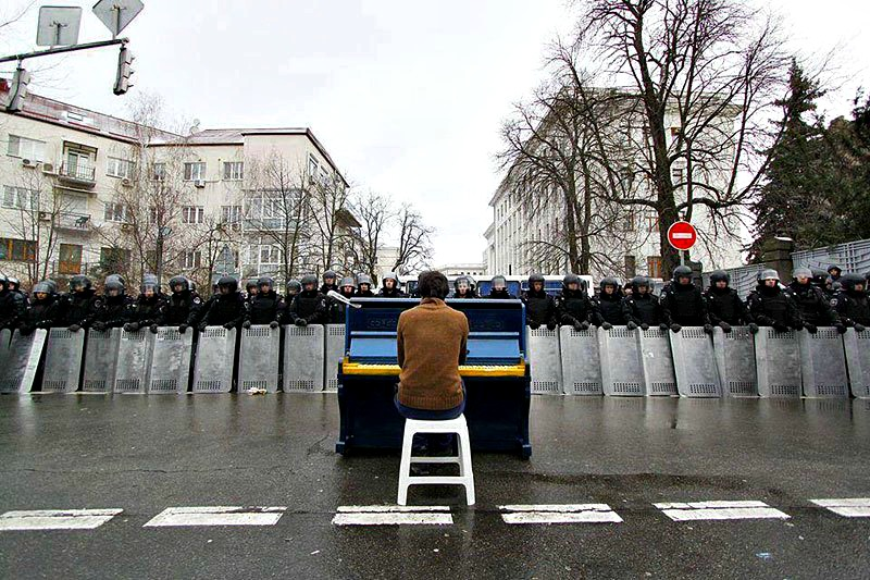 piano-player-in-kiev-protests-december-2013